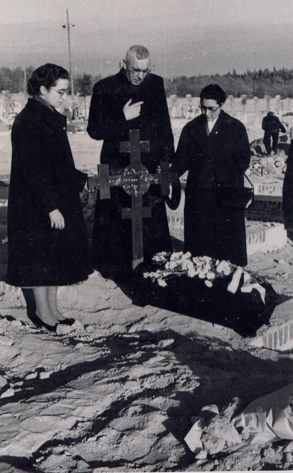 El Fundador y las cruzadas al trasladar los restos mortales de Ascensión al Cementerio de Almudena en Madrid. Año 1954