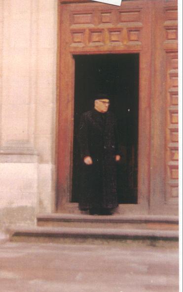 Don Doroteo en la puerta del Seminario diocesano de Sigüenza...