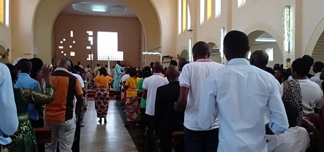 En las ofrendas se ofreció un precioso Copón, purificadores, lavabos, una estola morada, muy significativa pues era el domingo de la Misericordia.
