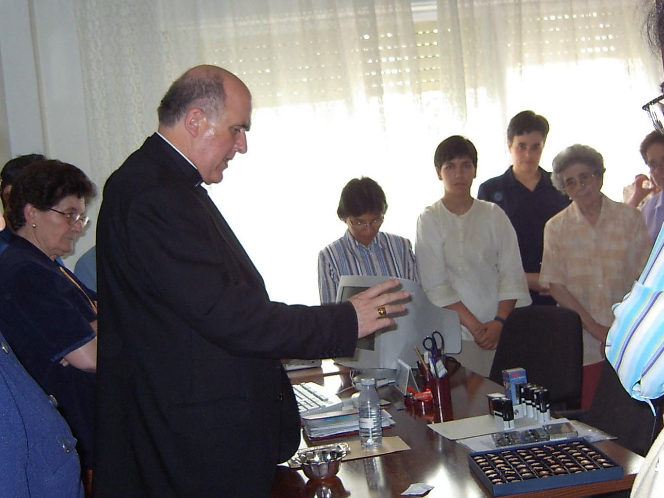 Mons. Carlos Ososro bendice los sellos que se ha de utilizar en los trabajos en el Proceso