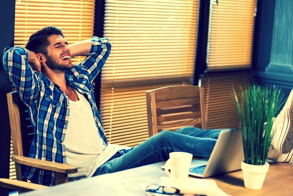 Fühl dich wie der Chef: Bequem zurücklehnen, Arme hinter dem Kopf verschrenken und Füße auf den Tisch