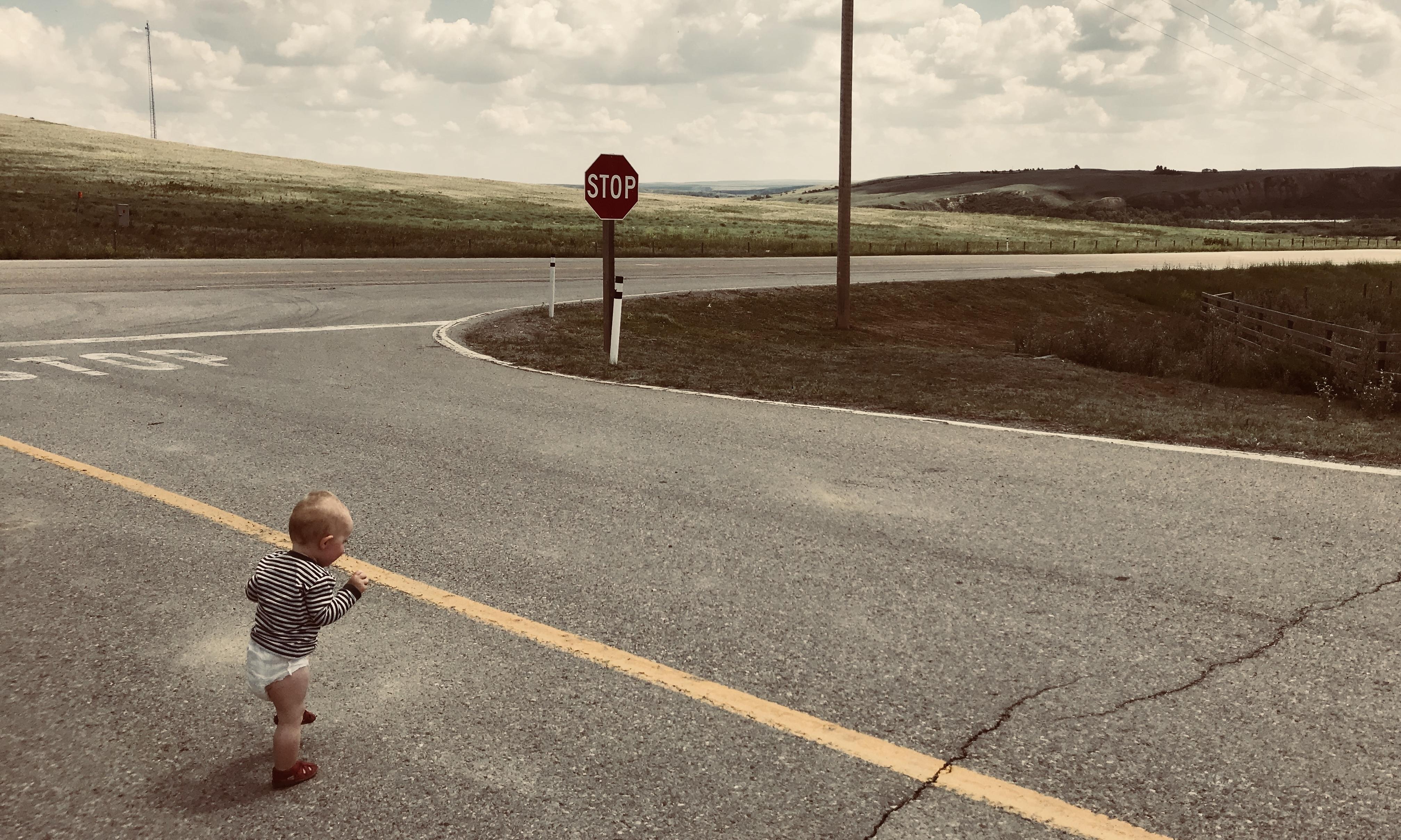 Dem Baby gefällt es eigentlich überall, wenn es Rumlaufen darf. Hier in der Mittagshitze vor den geschlossenen Toren des First-Nation-Parks.