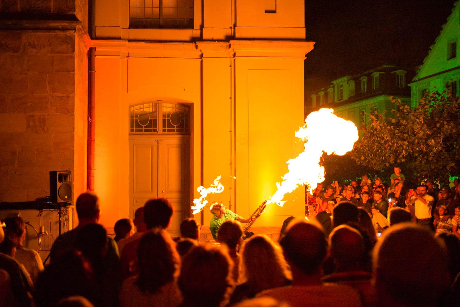 Feuerspeier bei Nacht.