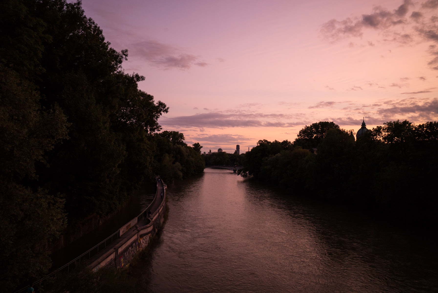 Blick auf die Isar und das Deutsche Museum im Sonnenuntergang.