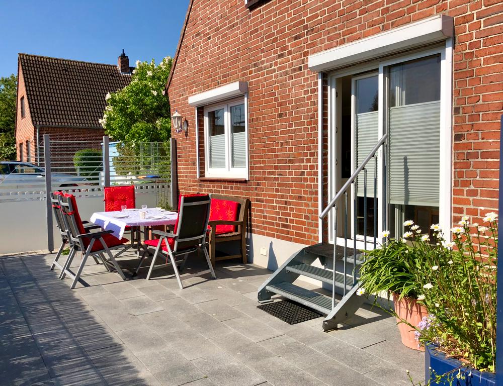 Großzügige eingezäunte Terrasse mit extra Garten zum Relaxen