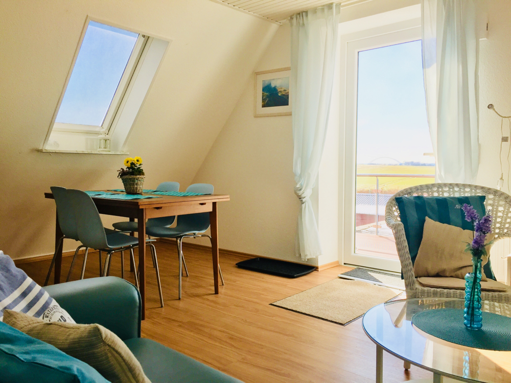 Wohn-/Esszimmer mit Balkon und Meerblick