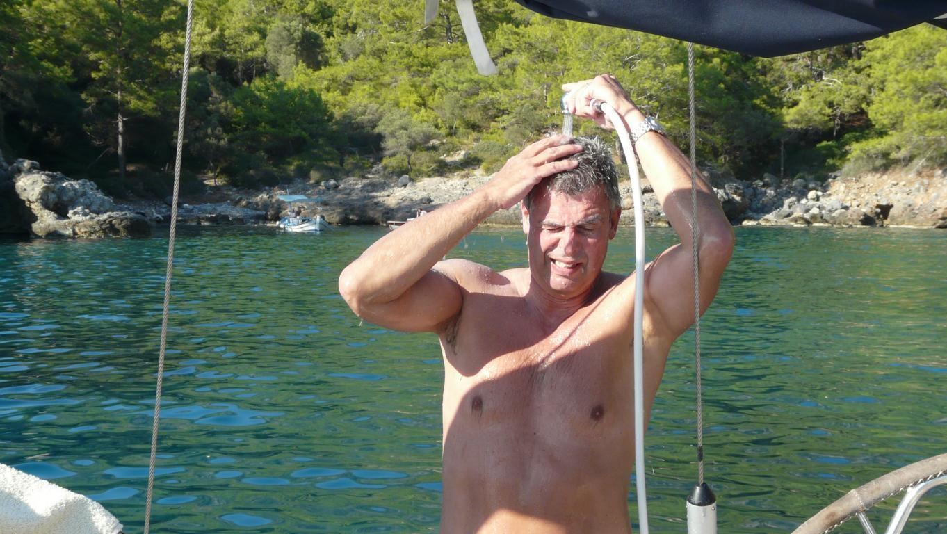 Dusche nach dem Schwimmen, das Salzwasser muss runter!