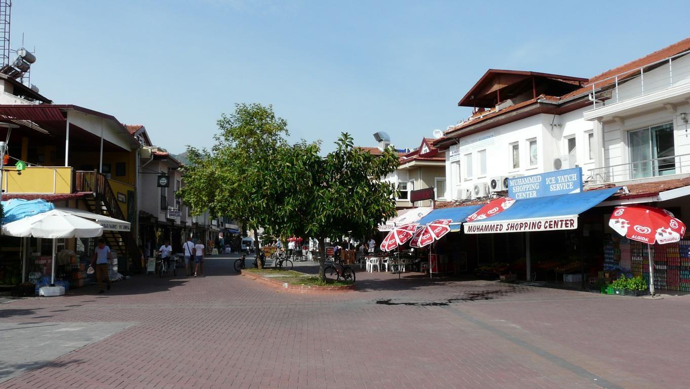 Verkehrsberuhigte Zonen mit Läden und Restaurants im Zentrum