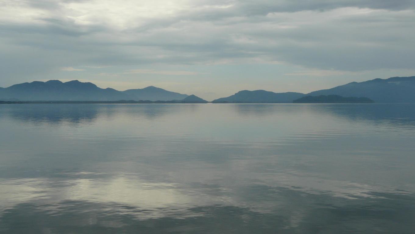 Der See, in der Ferne der Ausfluss zum Meer