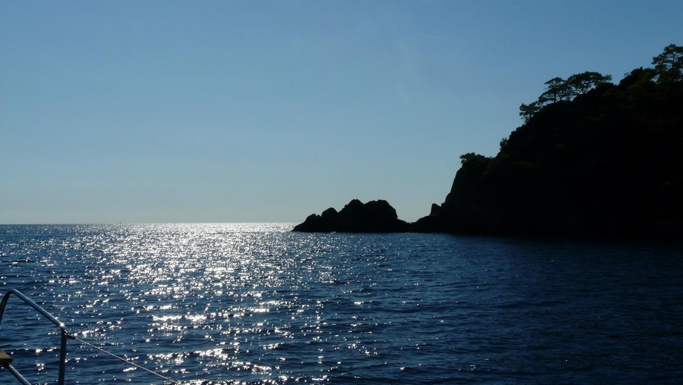 unterwegs an schöner Küstenlandschaft