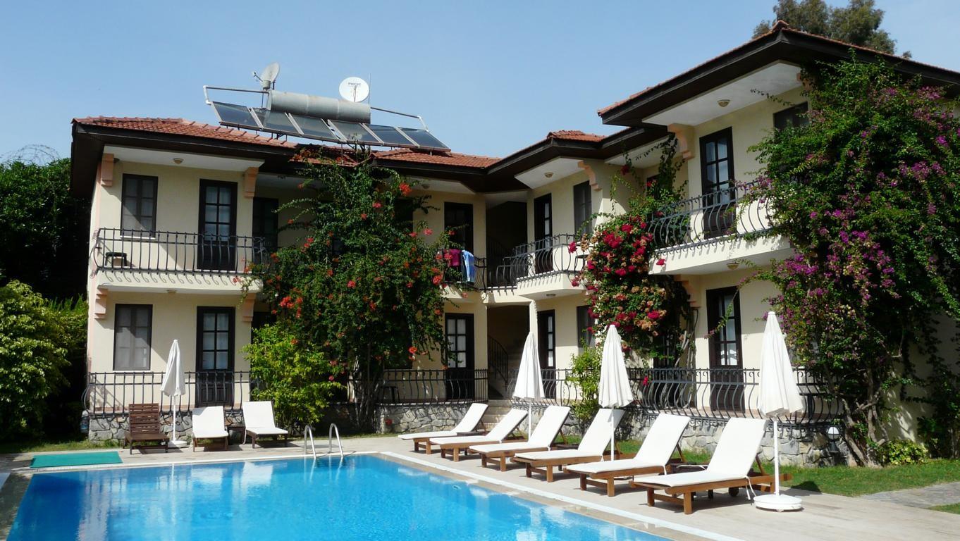 Hotelzimmer mit Balkonen und Blick auf den schönen Pool