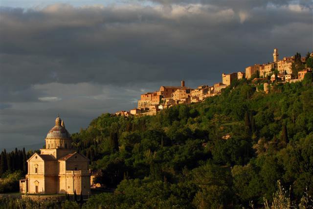 La bellezza di Montepulciano. In primo piano San Biagio. Itinerario di Vino.