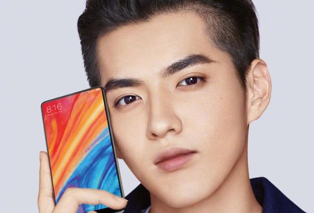 Lei Jun , président de Xiaomi tenant le futur smartphone Xiaomi Mi Mix 2S