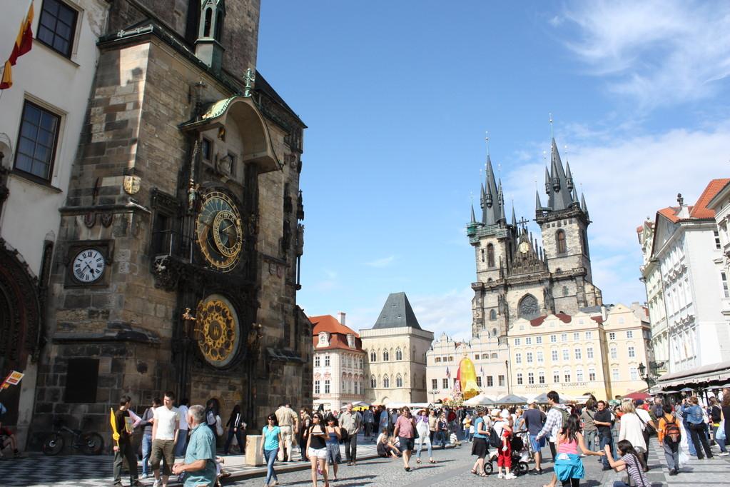 Altstädter Ring mit Teynkirche und astronomischer Uhr - Prag