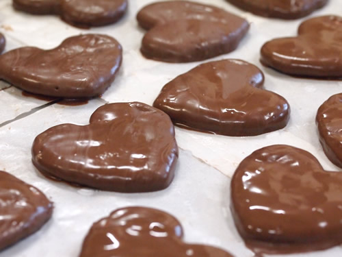 ハート型醤油せんべいにチョコレートコーティング