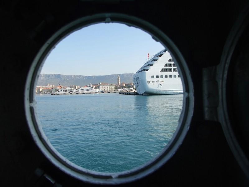 Blick aus der Fähre im Hafen Split
