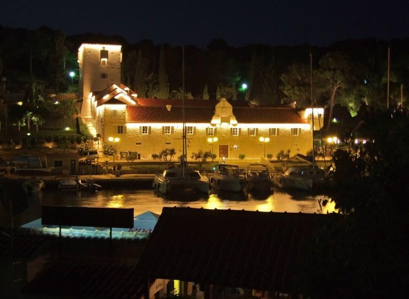 Schloß Maslinica bei Nacht