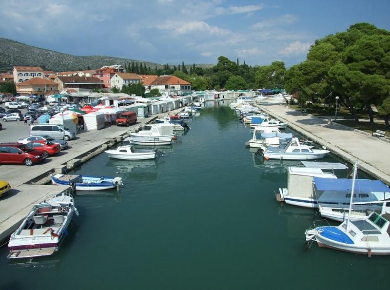 Markt Trogir (Blick von der Bogenbrücke)
