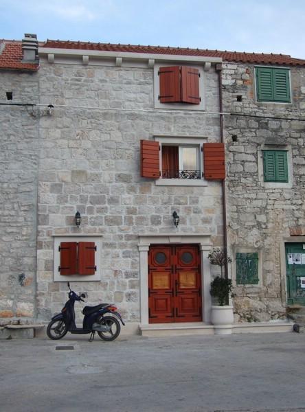 restauriertes Haus im Hafen Maslinica
