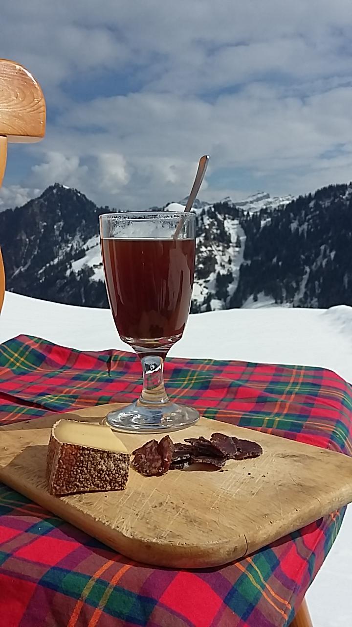 Auch das ist Alpschönheit: Kaffee, Alpkäse und Würstli in verschneiter Landschaft.