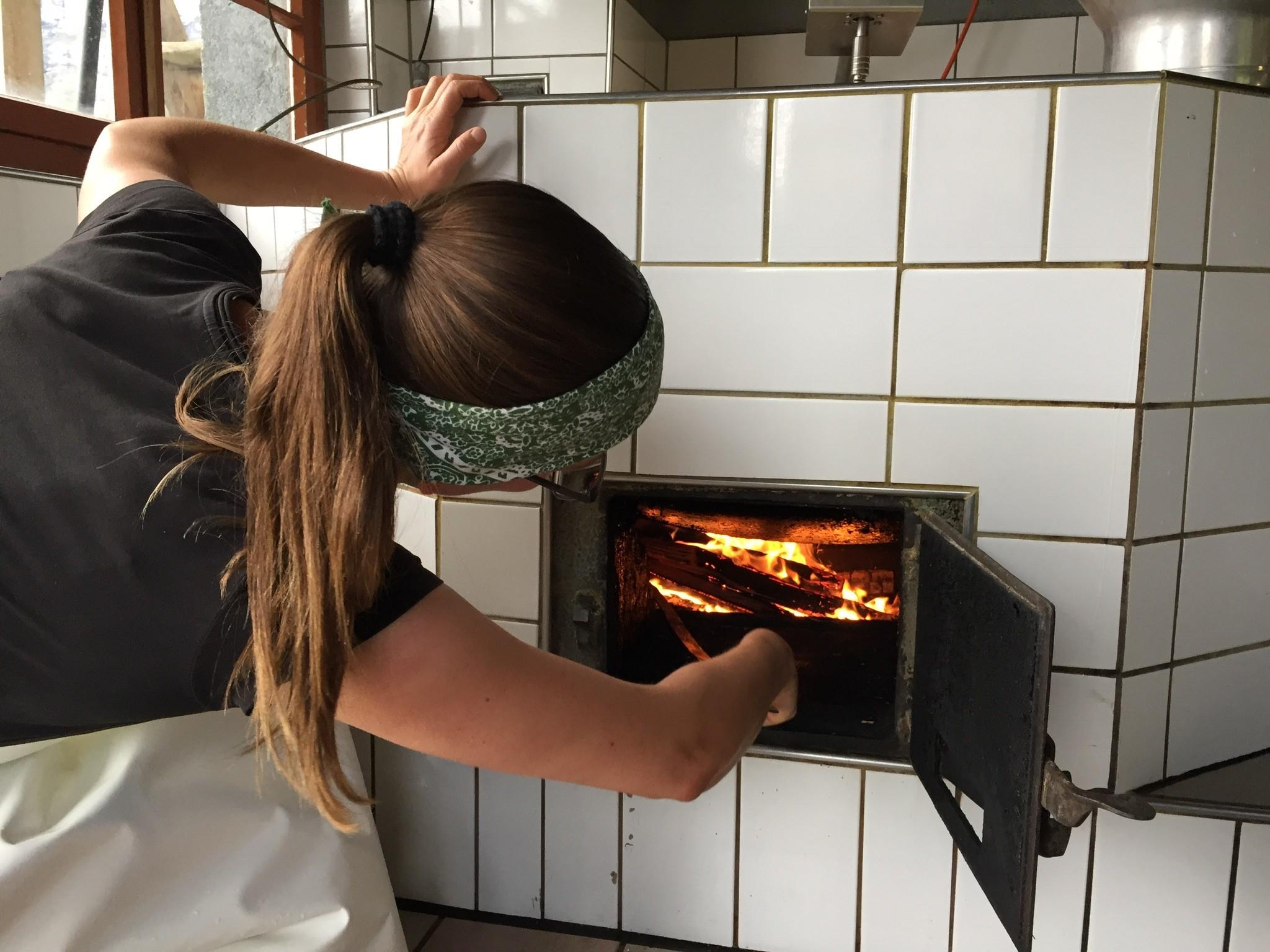 Beheizt werden sowohl das Käse- wie auch das Wasserkessi mit Holz.