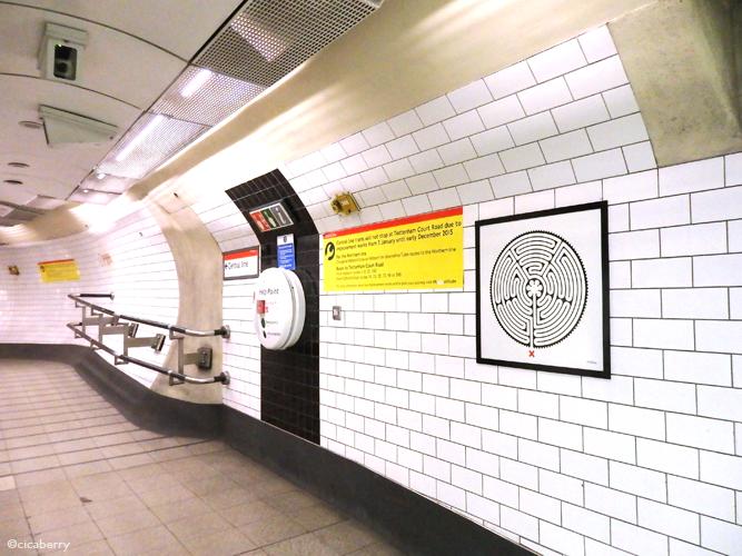 ▲2014年に地下鉄開業150周年を記念して各駅に飾られたという迷路アート。