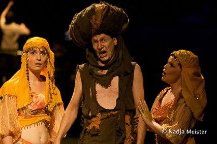 Ida Aldrian (Traumstimme II), Johann Leutgeb (Ein Armer) & Marelize Gerber (Traumstimme I) in Die Träume - P Koutnik Photo: Nadja Meister ©