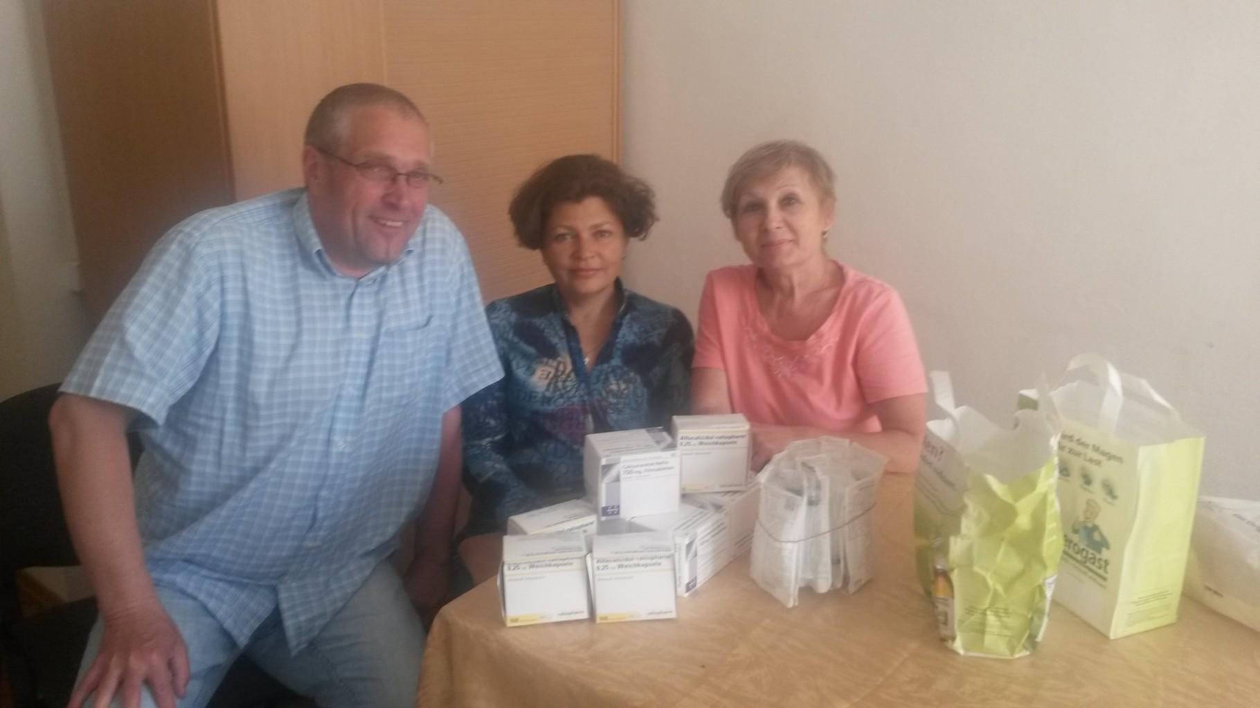 Nina, Tamara und ich bei der Medikamentenübergabe