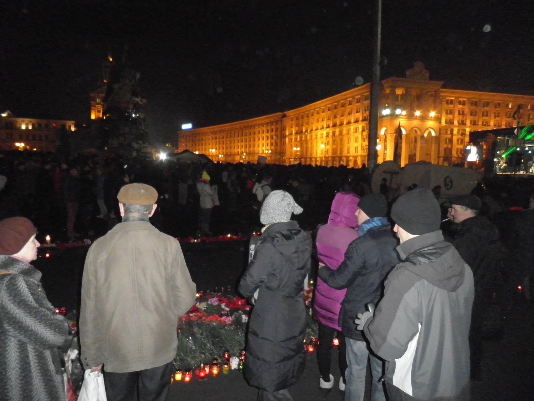 Menschen gedenken den Opfern auf dem Maidan