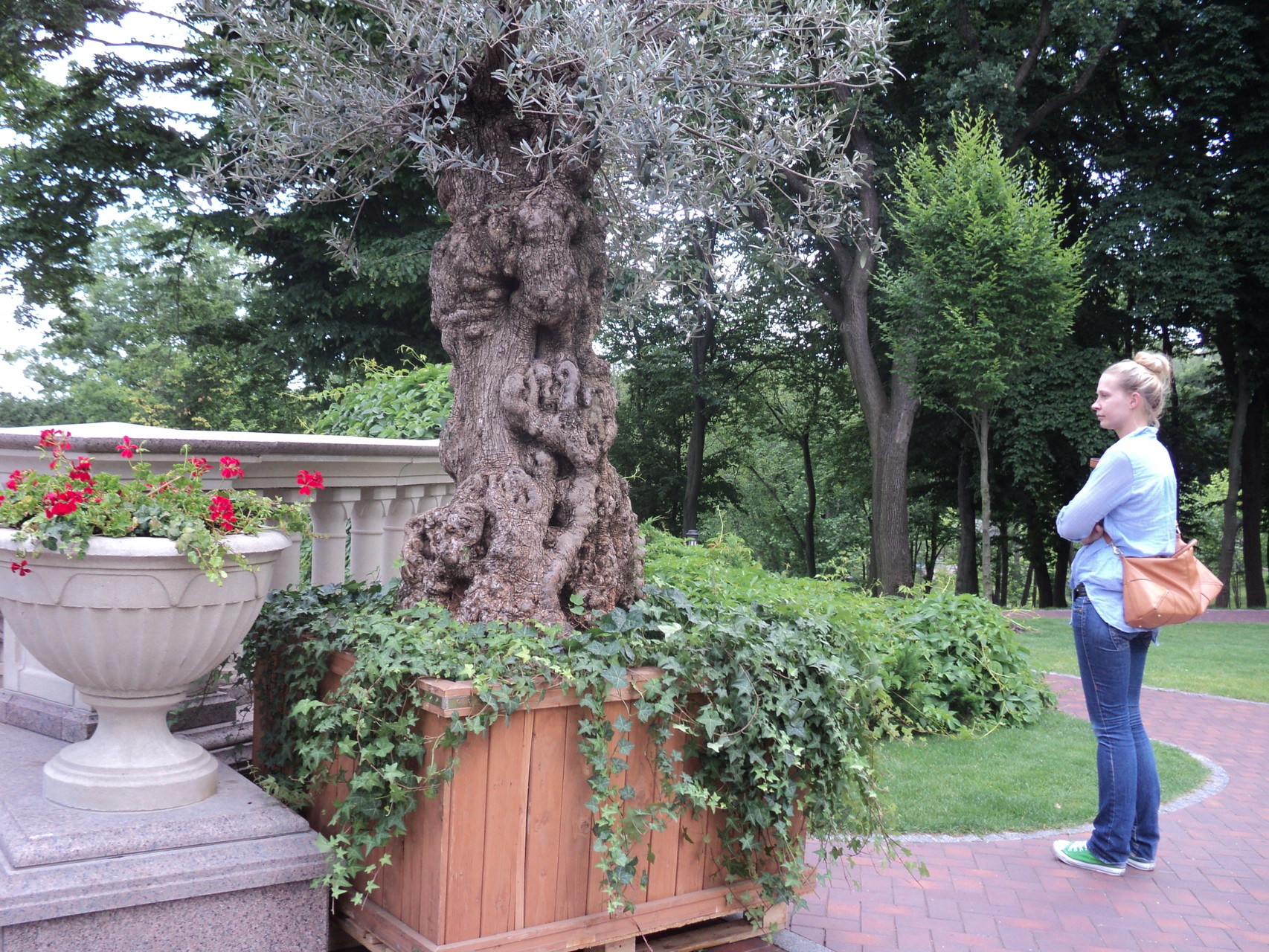 Leonie im Park der Goldvilla