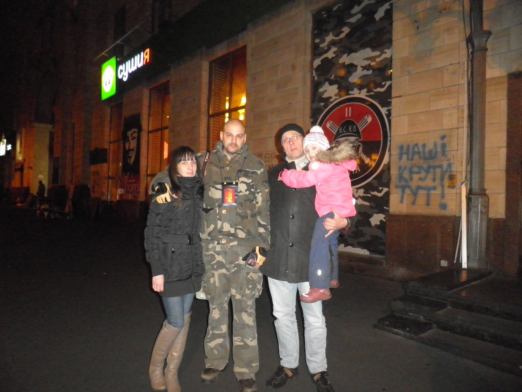 Oli, Sascha mit Familie in der Nähe vom Maidan 26.02.2014
