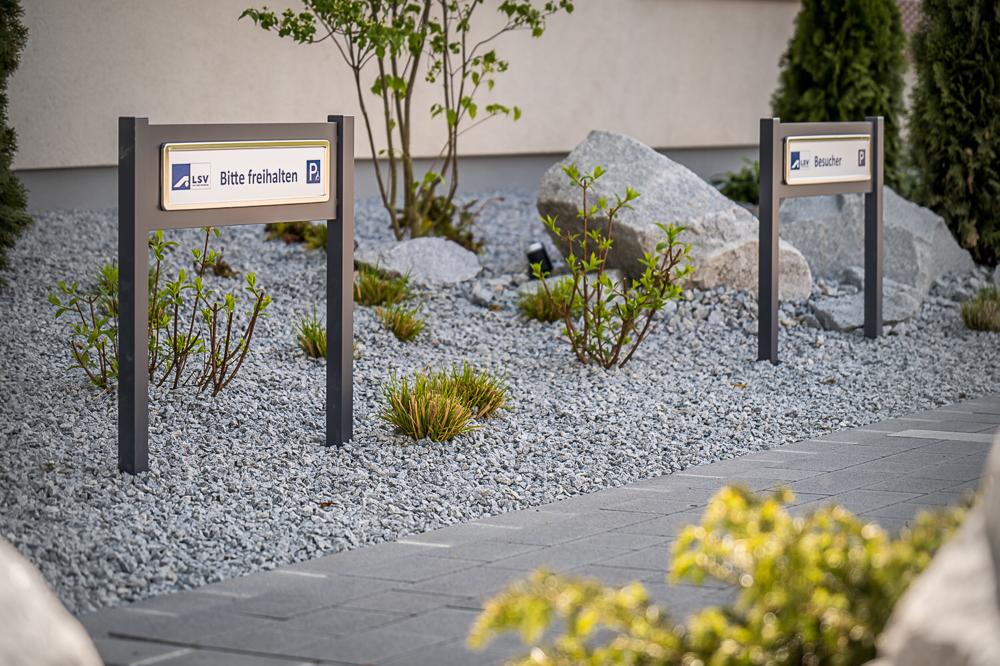 Parkplatzschild ParkSign mit Aluminiumprofil 40 mm Vierkant, 600 mm Höhe, 705 mm Breite, einbetoniert