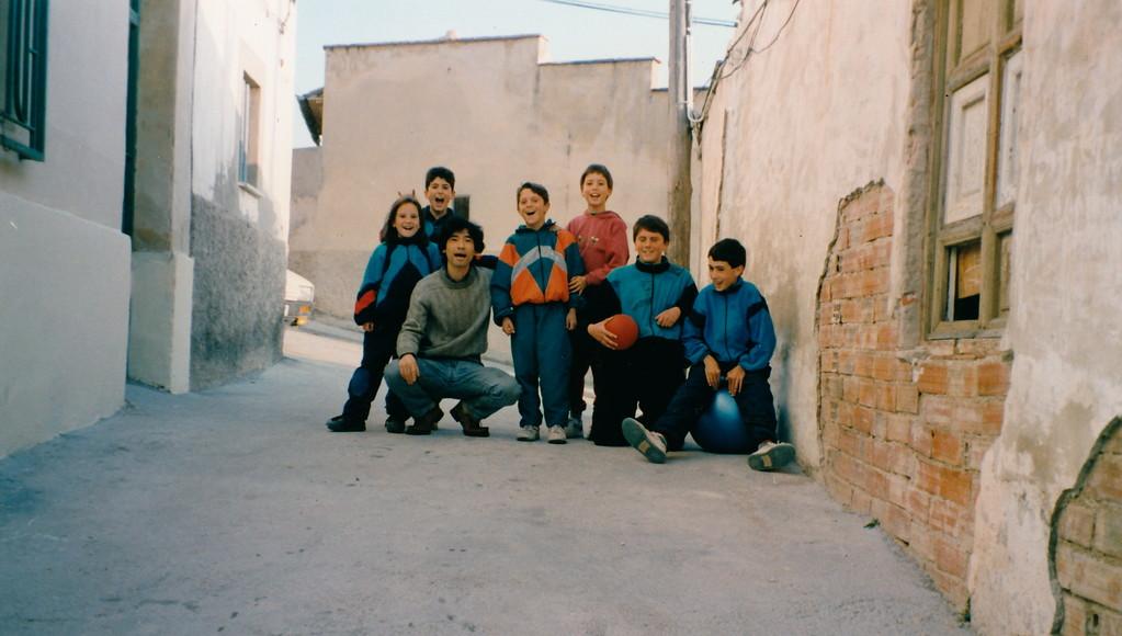自宅前で近所の子ども達とサッカー。