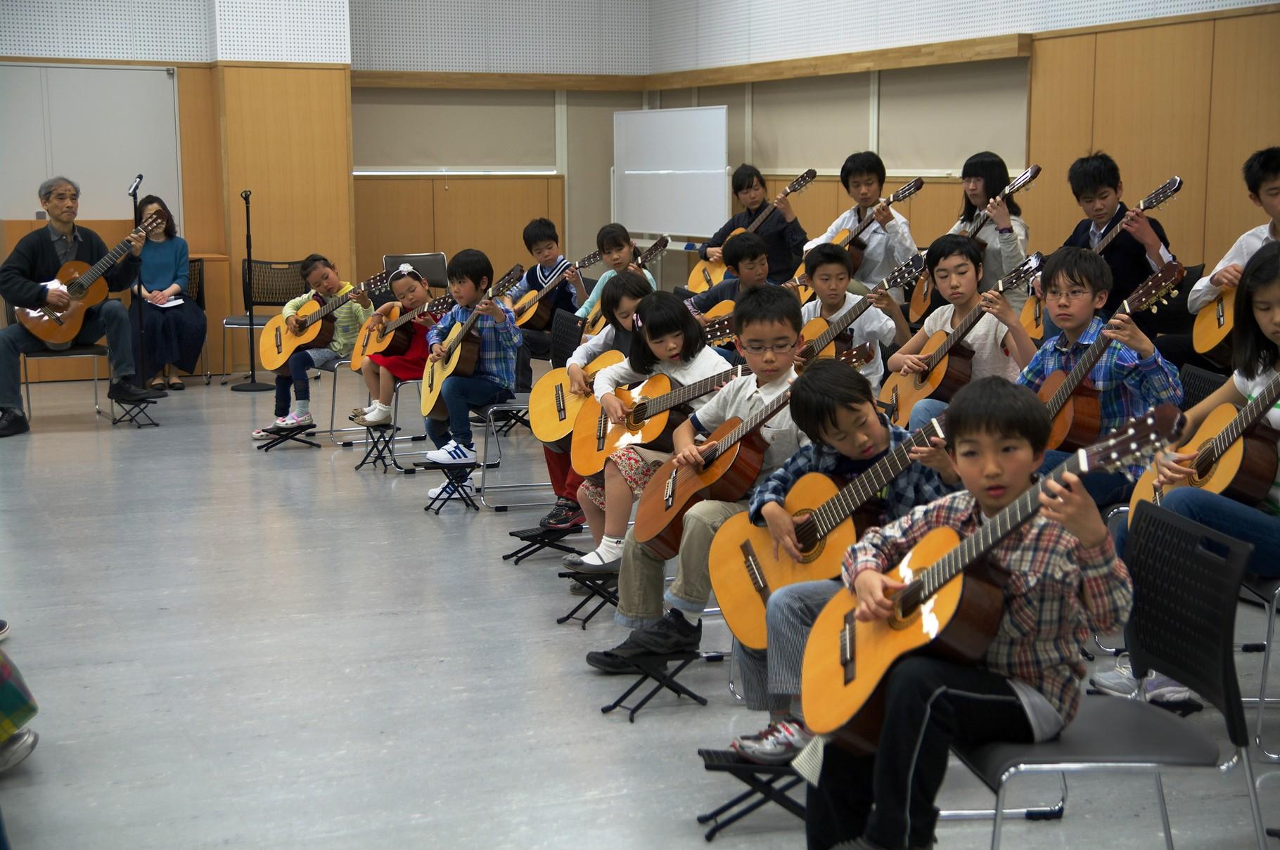子ども達(5歳から高校生迄)による合奏。