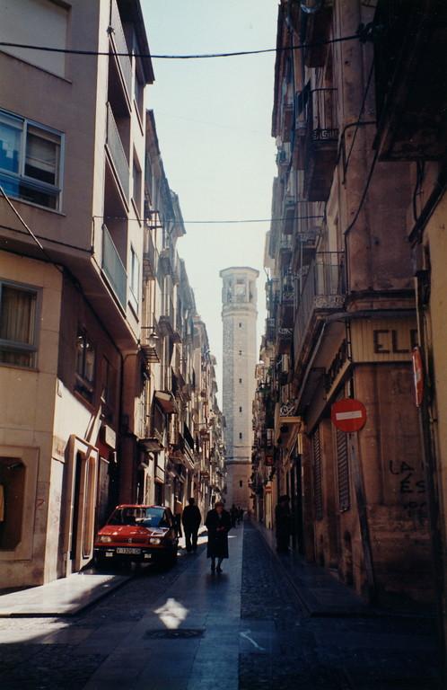 Alcoyの風景/路地からメルカド(市場)の塔。