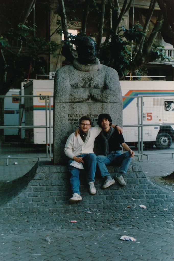 ラモンと/パンプローナ.ヘミングウェイ記念碑前。