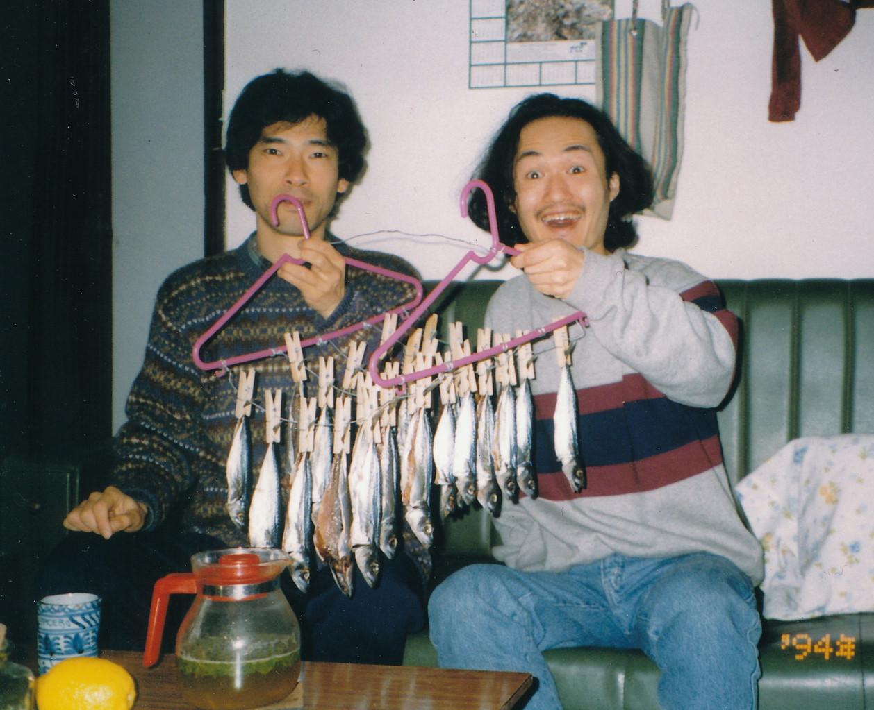 1994.親友.岩崎慎一氏と自宅にて/自家製の干物をバックに。