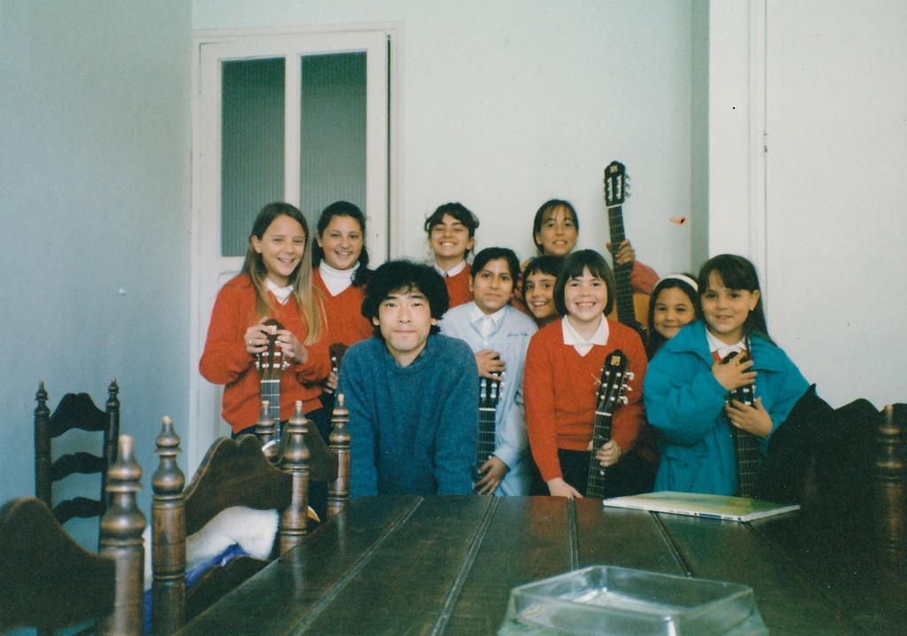 サンロケ小学校の生徒の子ども達と。