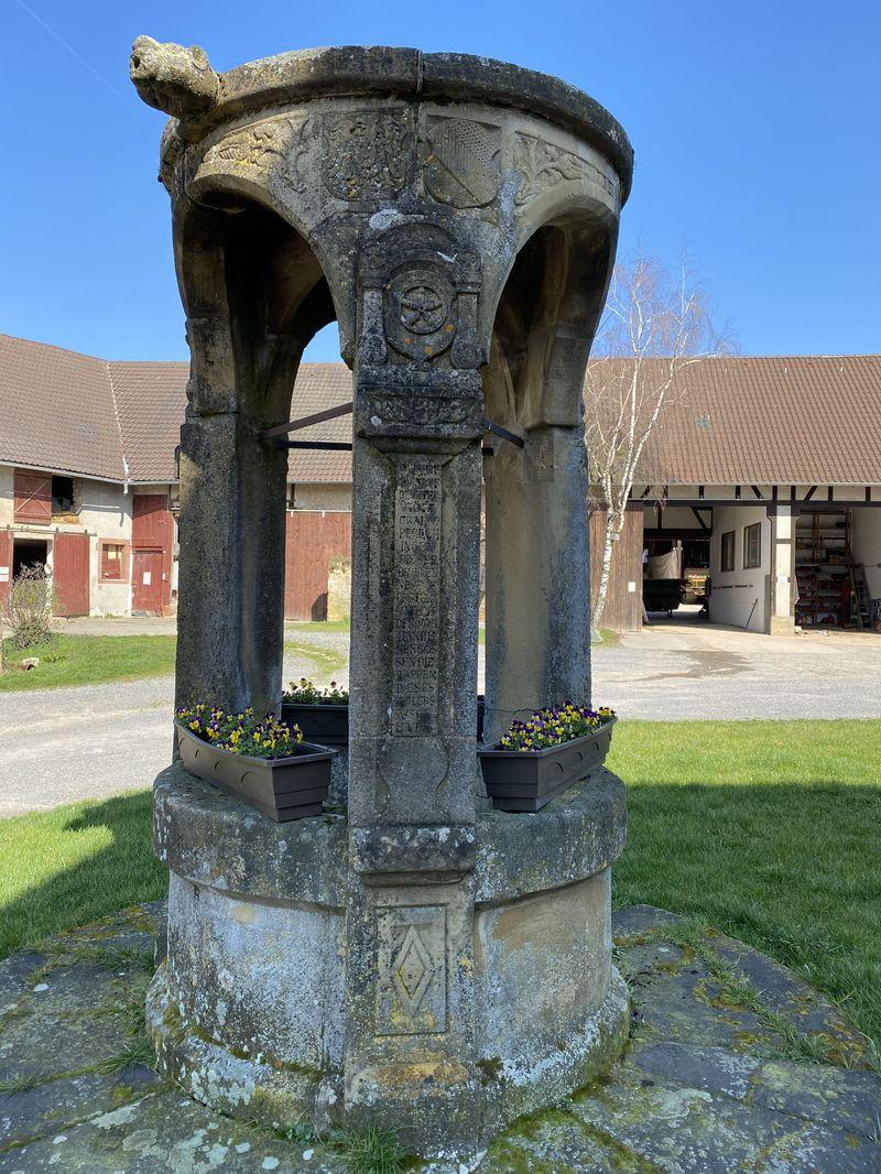 Vom ehemaligen Wasserschloss existiert nur noch der  historische Brunnen 16. Jahrhundert