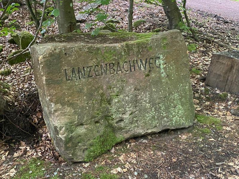 Lanzenbachweg in Stein gemeiselt