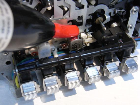 Vorderseite: Lösch- und Tonkopf sowie Tonwelle entmagnetisieren (Ende)