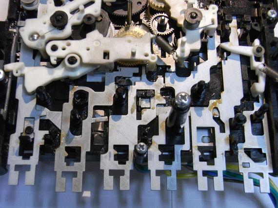 Rückseite: Laufwerksmechanik mit altem Fett