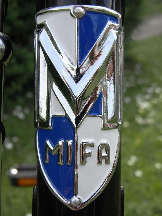 Bild: MiFa,Tourenrad,Modell 152,Restauration,Steuerkopfschild,Stahl,verchromt,Pinsel,Farbgebung,Farbe,blau,weiß