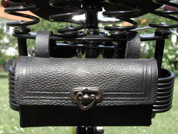 Bild: MiFa.Tourenrad,Modell 152,Restauration,Satteltasche,Herzchenverschluß,Werkzeug,Leder,schwarz