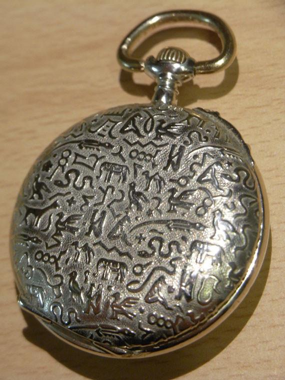 Bild: kleine Taschenuhr mit Hieroglyphen