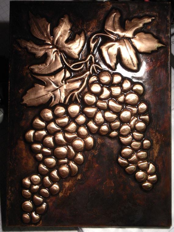 Bild: Kupferarbeit,Kupferprägearbeit,Prägearbeit,Prägetechnik,Weintrauben