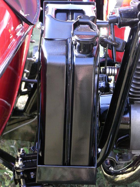 Bild: MZ,ETZ251,Gespann,Seitenwagen,Superelastik,Restauration,5L,Reservekanister,Kraftstoffreserve,Beiwagenbetrieb,Kraftstoff,Halterung,Schwanenhals