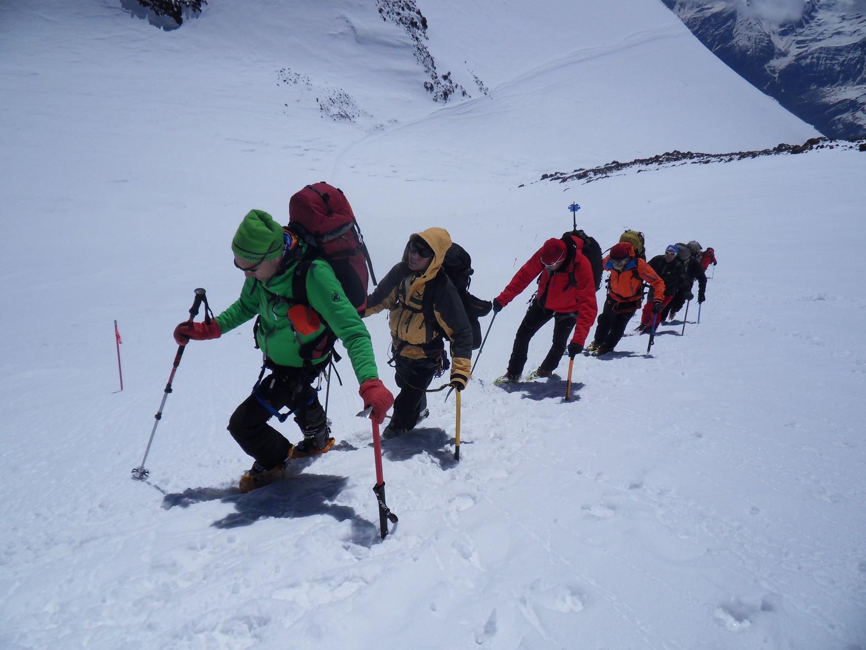 Die Gipfelflanke wird zu Fuß erstiegen