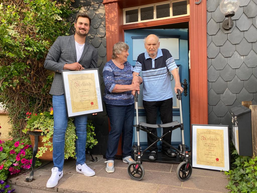 Das Bild zeigt Jonas Horenburg (1. Vorsitzender MTV Elbingerode), Elli Brakel geehrt für 70 Jahre und Willi Brakel geehrt für 75 Jahre Mitgliedschaft