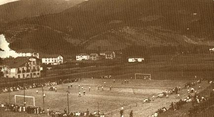 El campo de Maderas no fue el primer terreno de juego en Llodio. Anteriormente se había jugado en otro más céntrico, a la altura de la Calle Virgen del Carmen. Sin embargo, el de Maderas es el primero del que se tiene constancia fotográfica.